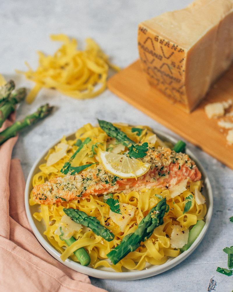 Saumon en croute de Grana Padano et pâtes aux asperges