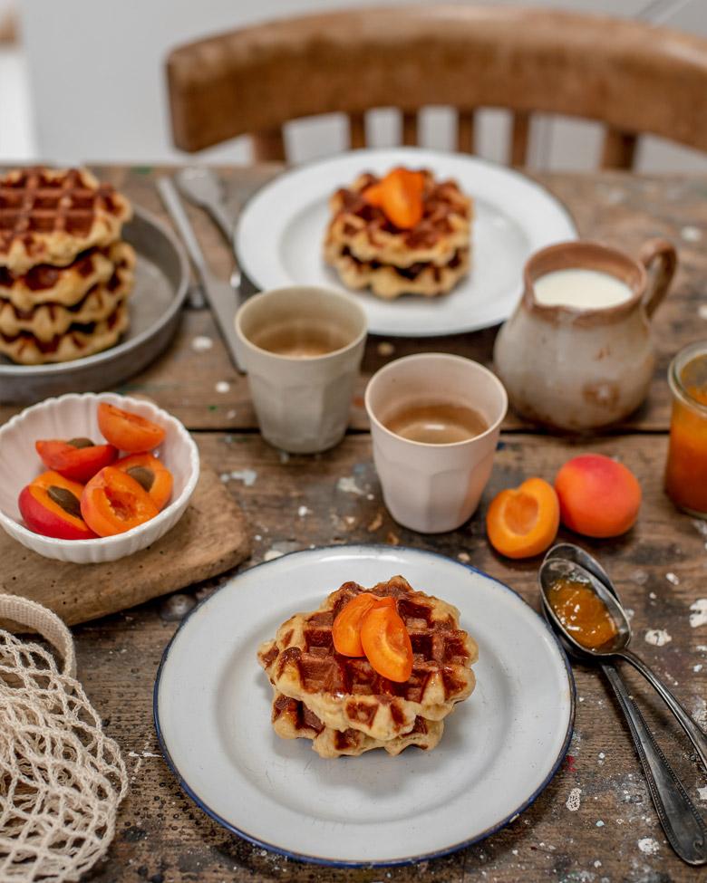Table de petit déjeuner avec gaufres liégeoises